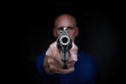 Un uomo impugna una pistola. Roma, 27 febbraio 2014. Christian Mantuano / OneShot