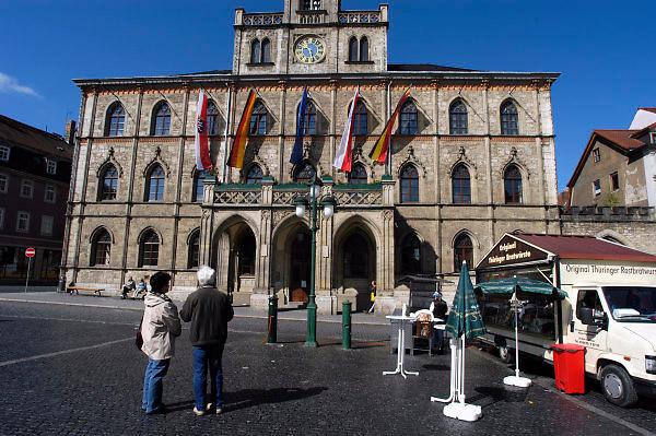 Duitsland, Weimar, 25-5-2004..Het oude gemeentehuis, raadhuis van de stad van Schiller en Goethe. kraampje met bratwurst staat klaar voor de dagjesmensen, toeristen..Foto: Flip Franssen/Hollandse Hoogte