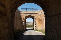 Castellaneta, Taranto. Vecchio ponte ferroviario attraverso la campagna