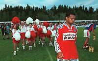 Caleb Francis, Kongsvinger, vandrer av banen med duskepikene på slep. Kongsvinger - Vålerenga 4-0, Tippeligaen, 4. august 1999. (Foto: Peter Tubaas)
