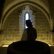 Les ce?le?brations religieuses parse?ment les chemins de processions qui re?veille les chapelles et les sanctuaires. L'un des plus actifs, le Sanctuaire-Forteresse de Santa Mari?a de Ujue?, est situe? au sommet d'un somptueux village me?die?val qui profite d'une vue superbe sur les Pyre?ne?es comme sur les Bardenas et la plaine de la Ribera///The religious celebrations strew the ways with processions which awakes the vaults and the sanctuaries. One of most active, the Sanctuary-Fortress of Santa Mari?a de Ujue?, is located at the top of a sumptuous medieval village which benefits from a superb sight on the Pyrenees as on Bardenas and the plain of Ribera.