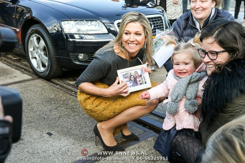NLD/Amersfoort/20190305  - Koningin Maxima bij jubileumsymposium Qredits , Koningin Maxima neemt een fotolijstje aan van een klein meisje