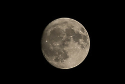 November 21, 2018 - London, United Kingdom - Almost full Moon is seen over London as temperature drops rapidly..According to The Met Office, Britain is braced for a wintry weather, with snowfall predicted in several regions and the potential for more icy conditions for the rest of the week. (Credit Image: © Dinendra Haria/SOPA Images via ZUMA Wire)