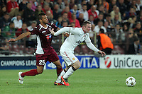 Luis Alberto(L) of CFR Cluj challenges Wayne Rooney (R) of Manchester United during the UEFA Champions League, Group H, soccer match at Dr. Constantin Radulescu Stadium in Cluj-Napoca, Romania, 2 October 2012.
