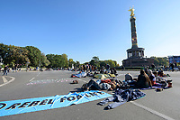 07 OCT 2019, BERLIN/GERMANY:<br /> Extinction Rebellion (XR), eine globale Umweltbewegung protestiert mit der Blockade von Verkehrsknotenpunkten fuer eine Kehrtwende in der Klimapolitik, Grosser Stern, Siegessäule<br /> IMAGE: 20191007-01-003<br /> KEYWORDS: Demonstration, Demo, Demonstraten, Klima, Klimawandel, climate change, protest, Klimakrise
