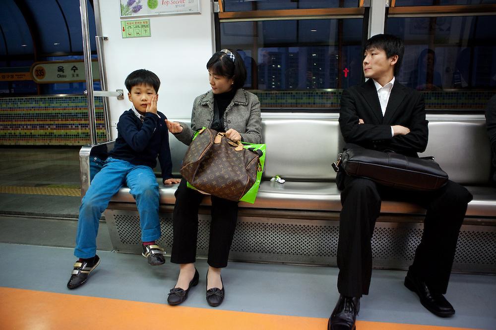 Reisende in einem Wagon der Seoul Metro im Zentrum der koreanischen Hauptstadt.<br /> <br /> Passengers in a wagon of the Seoul Metro (subway) in the city center of the Korean capital.