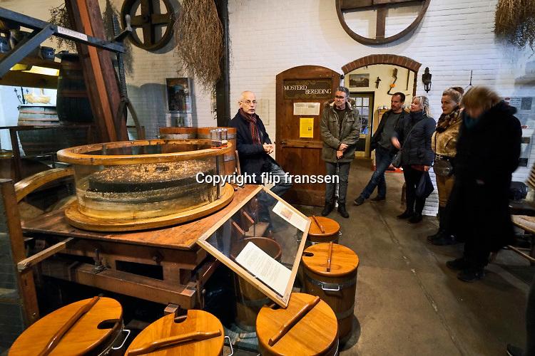 Nederland, Doesburg, 9-3-2019 Mosterdmuseum, museum van de doesburgse mosterd . Er wordt een demonstratie en rondleiding over de bereiding van mosterd gegeven door de eigenaar .Foto: Flip Franssen