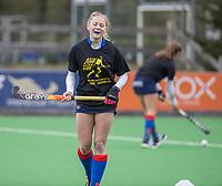 BILTHOVEN - Als eerbetoon aan de Victoria aanvoerder Daphne Voormolen, die vorige week werd geopereerd,  doen de dames de warming up in een speciaal ontworpen shirt,  met de tekst ,   voor de hoofdklasse hockeywedstrijd SCHC-Victoria . COPYRIGHT KOEN SUYK