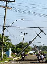 Moradores trabalham para consertar os estragos causados pelo vento de até 150 Km/h do ciclone Catarina que atingiu a cidade de Torres, no litoral norte do RS, Brasil. FOTO: Jefferson Bernardes /Preview.com