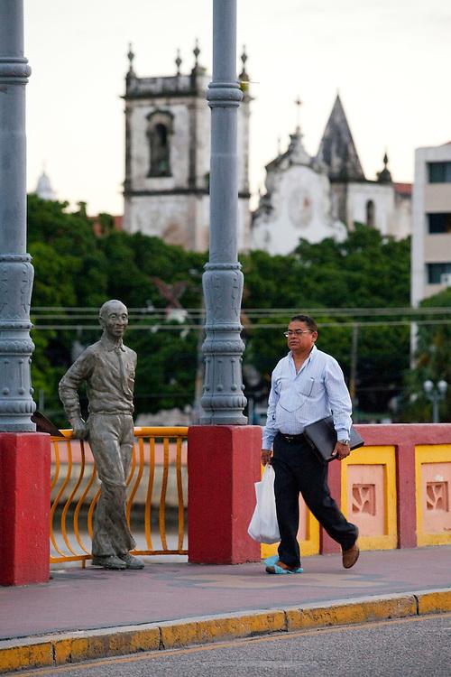 Recife_PE, Brasil..Estatua do Poeta Joaquim Cardoso na Ponte Mauricio de Nassau em Recife, Pernambuco...Statue of the Poet Joaquim Cardoso in Mauricio de Nassau Bridge in Recife, Pernambuco...Foto: JOAO MARCOS ROSA / NITRO