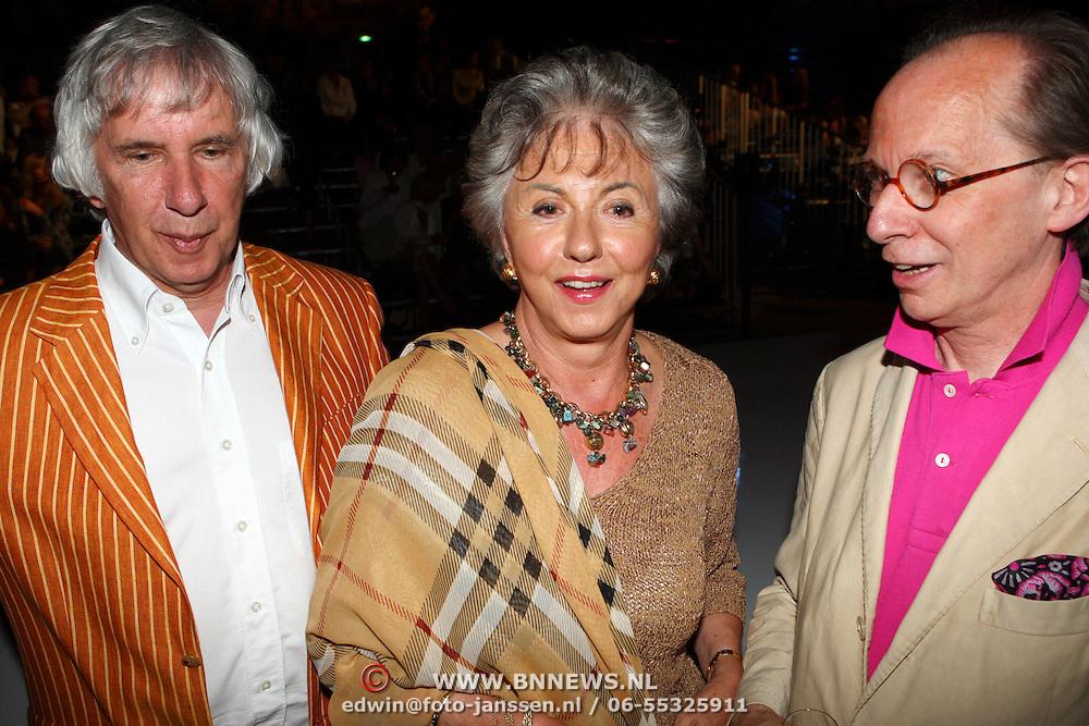 NLD/Amsterdam/20070803 - Modeshow najaar 2007 Erny van Reijmersdal, links Jan Verschoor, directeur van het Jan van der Togt museum en partner Lia Kraan en Frans Hoogendoorn