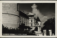 Zagreb : Nadbiskupski dvor. <br /> <br /> ImpresumZagreb : Foto-Material od t.t. Griesbach i Knaus, [1940].<br /> Materijalni opis1 razglednica : tisak ; 9 x 14 cm.<br /> SuradnikGriesbach, Ljudevit<br /> NakladnikFotoveletrgovina Griesbach i Knaus (Zagreb)<br /> Mjesto izdavanjaZagreb<br /> Vrstavizualna građa • razglednice<br /> ZbirkaGrafička zbirka NSK • Zbirka razglednica<br /> Formatimage/jpeg<br /> PredmetZagreb –– Kaptol<br /> Nadbiskupski dvor (Zagreb)<br /> SignaturaRZG-KAP-49<br /> Obuhvat(vremenski)20. stoljeće<br /> NapomenaRazglednica je putovala 1940. godine. • Na poleđini razglednice iznad razdjelne linije otisnut je monogram GLZ, vjerojatno Ljudevit Griesbach kao autor fotografije po kojoj nastaje razglednica.<br /> PravaJavno dobro<br /> Identifikatori000955542<br /> NBN.HRNBN: urn:nbn:hr:238:494712 <br /> <br /> Izvor: Digitalne zbirke Nacionalne i sveučilišne knjižnice u Zagrebu