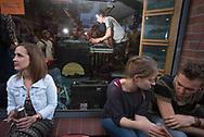 Musiker Stimming spielt live im Schaufenster