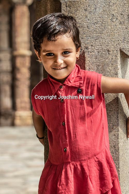 2019 09 26 Delhi India<br /> Qutab Minar är en minaret i den indiska huvudstaden Delhi,<br /> liten tjej<br /> <br /> ----<br /> FOTO : JOACHIM NYWALL KOD 0708840825_1<br /> COPYRIGHT JOACHIM NYWALL<br /> <br /> ***BETALBILD***<br /> Redovisas till <br /> NYWALL MEDIA AB<br /> Strandgatan 30<br /> 461 31 Trollhättan<br /> Prislista enl BLF , om inget annat avtalas.