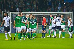 14.09.2010, Weserstadion, Bremen, GER, UEFA CL Gruppe A, Werder Bremen (GER) vs Tottenham Hotspur (UK), im Bild Nach dem Spiel Spieler versammeln sich am MIttelkeis   Younes Kaboul (Tottenham #4) Marko Arnautovic (Werder #07 ) Tim Borowski ( Werder #06) Aaron Hunt ( Werder #14 ) Torsten Frings ( Werder #22 ) Sandro Wagner ( Werder #19 ) Ledley King (Tottenham #26) Mikael SILVESTRE ( Werder #16 ) Vedran Corluka (Tottenham #22)EXPA Pictures © 2010, PhotoCredit: EXPA/ nph/  Kokenge+++++ ATTENTION - OUT OF GER +++++ / SPORTIDA PHOTO AGENCY