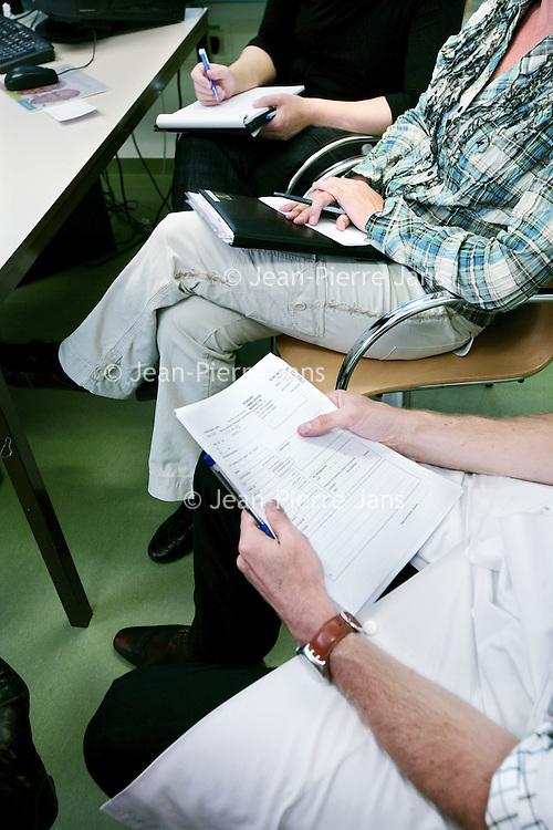 Nederland, Amsterdam , 1 oktober 2009..COGA (Centrum voor Ouderengeneeskunde Amsterdam) .Binnenkort komt u voor onderzoek naar het Centrum voor Ouderen- .geneeskunde Amsterdam (COGA). In deze folder vindt u belangrijke .informatie ten aanzien van uw bezoek aan het COGA. Dit dagcentrum .is een initiatief van de afdelingen interne geneeskunde en neurologie .van VUmc en GGZ inGeest en is bedoeld voor oudere patiënten die .niet geholpen kunnen worden met één of twee polikliniekbezoeken, .maar waarvoor opname niet noodzakelijk is. Het COGA richt zich op .onderzoek en behandeling van ouderen bij wie sprake is van meerdere .aandoeningen tegelijkertijd. Vaak gaat het om een combinatie van .problemen op lichamelijk, geestelijk en sociaal gebied, waardoor de .zelfredzaamheid negatief beïnvloed wordt. Dikwijls worden ouderen .geconfronteerd met een algehele achteruitgang en kan er sprake zijn .van een combinatie van onderstaande klachten: . .o geheugenproblematiek en verwardheid; .o loopproblemen en de neiging tot vallen; .o interesseverlies, 'nergens meer toe komen'; .o  onverklaarbare achteruitgang in het dagelijks functioneren; .o  polyfarmacie, dat wil zeggen het gebruiken van .veel medicijnen tegelijkertijd..De internist-geriater (een arts gespecialiseerd in ouderen) onderzoekt .de oorzaken van deze klachten, zoekt naar mogelijkheden voor .behandeling en geeft adviezen. .De internist-geriater (een arts gespecialiseerd in ouderen) onderzoekt .de oorzaken van deze klachten, zoekt naar mogelijkheden voor .behandeling en geeft adviezen. .De internist-geriater (een arts gespecialiseerd in ouderen) onderzoekt .de oorzaken van deze klachten, zoekt naar mogelijkheden voor .behandeling en geeft adviezen. .De internist-geriater (een arts gespecialiseerd in ouderen) onderzoekt .de oorzaken van deze klachten, zoekt naar mogelijkheden voor .behandeling en geeft adviezen. .COGA is een goed voorbeeld van de samenwerkingsverband tussen VUmc en GGZ IN Geest..Op de foto: MDO door COGA team
