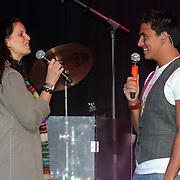 NLD/Amsterdam/20080828 - CD presentatie Jan Smit, Jan krijgt de cover van de Hitkrant