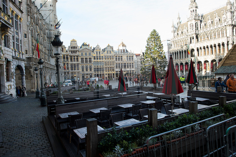 """© Licensed to London News Pictures. 23/11/2015. Brussels, Belgium. Empty seating outside at lunch time in The Grand Place, the main square in central Brussels where the city is currently on lockdown amid """"imminent threat"""" of Paris-style bomb and gun attacks. Some public transport and schools have been closed as a precaution. Photo credit: Ben Cawthra/LNP"""
