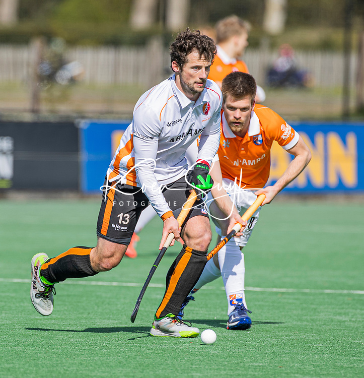BLOEMENDAAL - Sander Baart (Oranje Rood) met Thierry Brinkman (Bldaal)   tijdens de hoofdklasse hockeywedstrijd heren , Bloemendaal-Oranje Rood  (3-1).  COPYRIGHT  KOEN SUYK