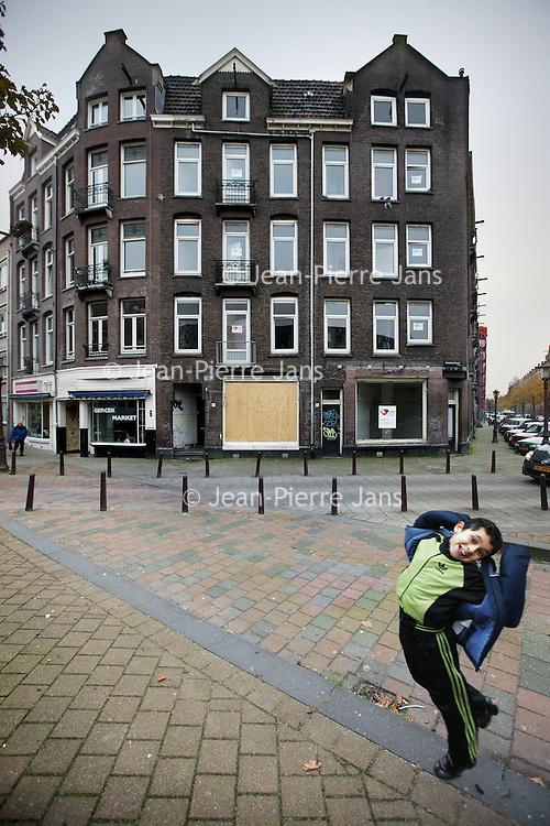 Nederland, Amsterdam , 1 november 2010..Verwaarloosde pand in de Sumatrastraat.Impoverished house in the Indische Buurt, a working class and immigrant  district of Amsterdam..Verwaarloosde pand in de Sumatrastraat.Foto:Jean-Pierre Jans