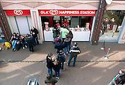 Nederland, Nijmegen, 4-4-2015Een ola happiness station waar ijs en smoothies gekocht kunnen worden. Op deze mooie lentedag staat er een rij mensen te wachten op hun beurt er een te kopen.In 1994 introduceerde OLA de Create Your Own Swirl wat inmiddels is uitgegroeid tot een bekend concept.FOTO: FLIP FRANSSEN/ HOLLANDSE HOOGTE