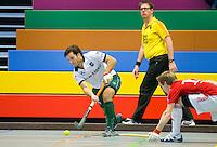 ARNHEM - Maurits Hertzberger van R'dam tegen Hurley. , De mannen van Rotterdam tijdens de eerste dag van de zaalhockey competitie in de hoofdklasse, seizoen 2013/2014. COPYRIGHT KOEN SUYK