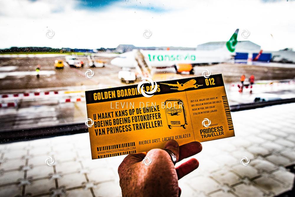 ROTTERDAM - Theater van de Klucht presenteert een nieuwe theaterproductie genaamd 'Boeing Boeing'. Met hier op de foto speciale tickets waarmee de bezoeker een Princess Traveller kunnen winnen aan het einde van de show doormiddel van verloting. FOTO LEVIN EN PAULA PHOTOGRAPHY VOF