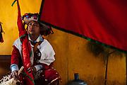 Los hombres lucen un atuendo en color rojo que consiste en un saco y pantalón adornado de cascabeles y detalles dorados durante el carnaval de Tenejapa, Chiapas