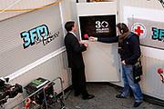 Premier Jan Peter Balkenende doet de deur dicht van het glazen huis op de Neude in Utrecht. Daarmee sluit hij de dj's Giel Beelen, Gerard Ekdom en Sander Lantinga voor zes dagen op. <br /> <br /> In het kader van de actie Serious Request van radiostation 3FM eten zij tot kerstavond niet, en maken de dj's 24 uur per dag live radio. Hiermee willen zij zo veel mogelijk geld inzamelen voor de slachtoffers van landmijnen. Luisteraars kunnen tegen betaling verzoeknummers aanvragen. <br /> <br /> Op de foto:<br />  Jan Peter Balkenende Sluit het Glazen Huis