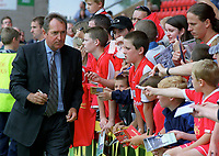 Liverpool Manager Gerard Houllier signs autographes. Crewe v Liverpool. Pre season friendly match. 19/7/2003. Credit : Colorsport/Andrew Cowie.