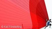 """V. 32. Valencia, 20/04/2007. El proa del equipo neozelandés """"Emirates Team New Zealand"""", durante el tiempo de espera a la primera regata de la Copa Louis Vuitton, tras cuatro días consecutivos de aplazamiento por falta de viento, hoy en la bahía de Valencia. EFE/Kai Försterling"""