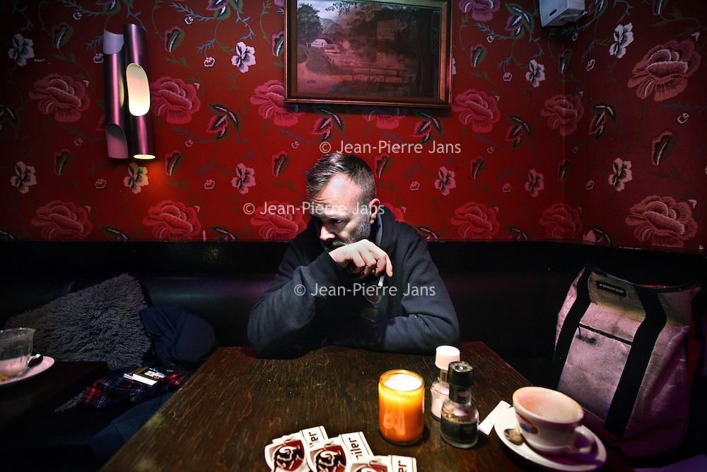 Nederland, Amsterdam , 27 januari 2015.<br /> Jelle Paulusma  is een Nederlandse songwriter, zanger en gitarist. Van 1988 tot 2004 was hij de zanger-gitarist in de band Daryll-Ann, waarin Anne Soldaat en hij de muziek en teksten schreven. De groep nam 6 studioplaten op en toerde internationaal in de jaren negentig. Na het uiteenvallen van de band in 2004 ging Paulusma zich richten op een solocarrière. Daarnaast maakte Paulusma muziek voor reclamefilmpjes en werkte hij samen met onder meer het Eindhovens electrogezelschap Clashing Egos.<br /> Onkosten:<br /> Parkeerautomaat:                € 3,00<br /> Reiskosten: 30 x € 0,19=    € 5,70<br /> Totaal:                                 € 8,70<br /> <br /> <br /> <br /> <br /> Foto:Jean-Pierre Jans