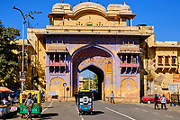 Inde, Rajasthan, Jaipur la ville rose, Jalab Gate, porte vers le City Palace // India, Rajasthan, Jaipur the Pink City, Jalab gate