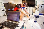 Op de VU in Amsterdam wordt de VO2max van een rijder getest voor een mogelijke recordpoging. In september wil het Human Power Team Delft en Amsterdam, dat bestaat uit studenten van de TU Delft en de VU Amsterdam, tijdens de World Human Powered Speed Challenge in Nevada een poging doen het wereldrecord snelfietsen voor vrouwen te verbreken met de VeloX 7, een gestroomlijnde ligfiets. Het record is met 121,44 km/h sinds 2009 in handen van de Francaise Barbara Buatois. De Canadees Todd Reichert is de snelste man met 144,17 km/h sinds 2016.<br /> <br /> At the VU Amsterdam a rider is tested for a record attempt. With the VeloX 7, a special recumbent bike, the Human Power Team Delft and Amsterdam, consisting of students of the TU Delft and the VU Amsterdam, also wants to set a new woman's world record cycling in September at the World Human Powered Speed Challenge in Nevada. The current speed record is 121,44 km/h, set in 2009 by Barbara Buatois. The fastest man is Todd Reichert with 144,17 km/h.
