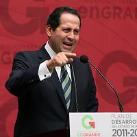 Toluca,  Mex -  Eruviel Avila Villegas, gobernador del Estado de Mexico  presento el Plan de Desarrollo Estatal 2011-2017,  basado en tres ejes denominados Gobierno Solidario, Estado Progresista y Sociedad Protegida.   Agencia MVT / Jose Hernadez