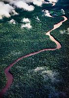Vista aérea de rio en la selva. Estado Amazonas, Venezuela