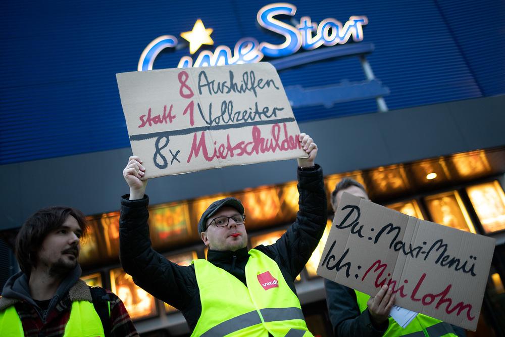 ver.di - Protest zum Streik im CineStar am Treptower Park für bessere Bezahlung von Kino-Angestellten. Rund 15 in Kinos Beschäftigte protestieren vor dem CineStar Treptower Park in Berlin-Treptow für einen höheren Stundelohn. Anlass für den Streik sind bundesweite Tarifverhandlungen mit CineStar und CinemaxX für die ca. 3000 Beschäftigen der 55 Kinos. <br /> <br /> [© Christian Mang - Veroeffentlichung nur gg. Honorar (zzgl. MwSt.), Urhebervermerk und Beleg. Nur für redaktionelle Nutzung - Publication only with licence fee payment, copyright notice and voucher copy. For editorial use only - No model release. No property release. Kontakt: mail@christianmang.com.]