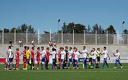 Spillerne hilser på hinanden før træningskampen mellem FC Helsingør og HIK den 1. august 2020 på Helsingør Ny Stadion (Foto: Claus Birch).
