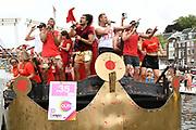 De jaarlijkse Canal Parade is onderdeel van de Amsterdam Gay Pride. Tijdens dit evenement vieren lesbiennes, homos, biseksuelen en transgenders (LHBT) dat ze mogen zijn wie ze zijn en mogen houden van wie ze willen. <br /> <br /> The annual Canal Parade is part of the Amsterdam Gay Pride. During this event lesbians, homosexuals, bisexuals and transgenders (LGBT) celebrate that they can be who they are and are allowed to love who they want.<br /> <br /> Op de foto / On the photo: Everon Jackson Hooi , Caroline De Bruijn , Mark van Eeuwen , Alkan Coklu , Ferry Doedens