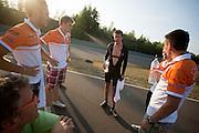 Wil Baselmans bespreekt zijn ervaringen met het het team. In Lausitz rijdt Wil Baselmans van het Human Power Team Delft en Amsterdam de eerste poging om het uurrecord te breken. Wegens warmte heeft hij zijn poging na een half uur moeten afbreken. In september wil het team, dat bestaat uit studenten van de TU Delft en de VU Amsterdam, een poging doen het wereldrecord snelfietsen te verbreken, dat nu op 133 km/h staat tijdens de World Human Powered Speed Challenge.<br /> <br /> At the Dekra test track in Lausitz Wil Baselmans of the Human Power Team Delft and Amsterdam is riding his first attempt to set a new hour record with the VeloX3. After half an hour Baselmans has to stop due to the heat. With the special recumbent bike the team, consisting of students of the TU Delft and the VU Amsterdam, also wants to set a new world record cycling in September at the World Human Powered Speed Challenge. The current speed record is 133 km/h.