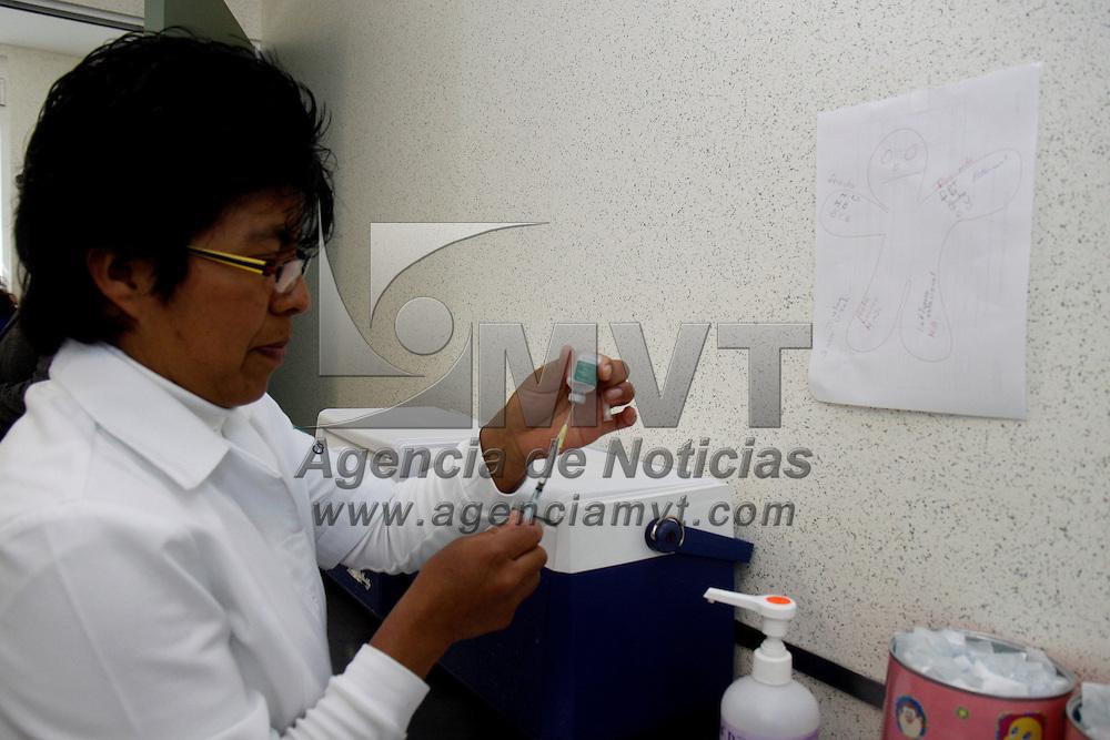 TOLUCA, México.- Más de 200 personas se vacunan cada día en los centros de salud de la Secretaria de Salud del Estado de México como parte del programa preventivo que se lleva a cabo por las bajas temperaturas que se han registrado en los últimos días. Agencia MVT / Crisanta Espinosa. (DIGITAL)