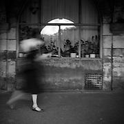 Paris - Place des Vosges - Juin 2012 - passages de jambes blanches sous les arcades.