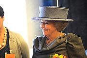 Streekbezoek Koningin Beatrix aan Flevoland.<br /> <br />  Aankomst bij Brennels Buiten in Kraggenburg<br /> <br /> Bij de proefnetelfabriek waar het verwerkingsproces van brandnetels plaats vind. De Heer Bos geeft een rondleiding door de proefnetelfabriek. Mevrouw E. Attema geeft eveneens uitleg. Drie modellen tonen een deel van de modelijn van Brennels.