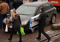 """15.12.2013 Bialystok W kazdy weekend bialostockie centra handlowe przezywaja """" najzad """" klientow z Bialorusi, najwiecej z oddalonego o 80 km Grodna. Bialorusini kupuja glownie elektronike oraz artykuly zywnosciowe, duzo tansze niz w bialoruskich sklepach N/z Bialorusini z zakupami pod CH Biala fot Michal Kosc / AGENCJA WSCHOD"""