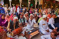 Inde, Rajasthan, Ajmer, Ajmer Sharif Dargah, la tombe du saint soufi Khwaja Moinuddin Chisti, chanteur qawwali // India, Rajasthan, Ajmer, Ajmer Sharif Dargah, shrine of sufi saint Khwaja Moinuddin Chisti, qawwali singer