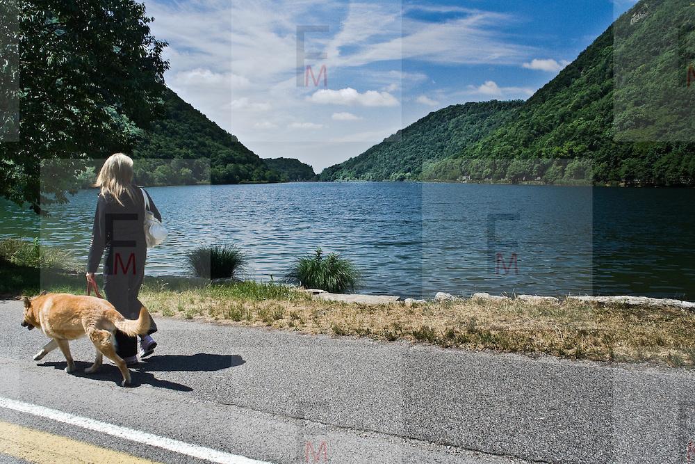 Strada pedonale e pista ciclabile che costeggia il Lago di Segrino...Pedestrian and bike path along Segrino lake