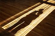 Nederland, Nijmegen, 9-1-2011Twee mensen, een man en een vrouw dansen de tango voor een raam met invallend zonlicht. Hun schaduw valt op de vloer.Foto: Flip Franssen/Hollandse Hoogte