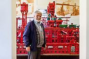 """Jaromir Kriz vor der """"Eisernen Stadt"""" von Jules Verne auf 50 Quadratmeter, bestehend aus Millionen von Einzelteilen.   Ausstellungsbereich des Merkur Museums in Police nad Metuji."""