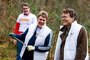 De prinsessen Beatrix, Aimée en de prinsen Constantijn en Floris hebben vrijdag de handen uit de mouwen gestoken voor de actie NLdoet. De koninklijke vrijwilligers hielpen mee op de Prinses Máxima Manege in Den Dolder. <br /> <br /> The princesses Beatrix, Aimée and princes Constantine and Floris have done some volunteer works forthe  action NLdoet. The royal volunteers helped the Princess Máxima riding in Den Dolder.<br /> <br /> Op de foto / On the Photo:  Prins Constantijn