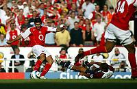 Fotball<br /> Premier League 2004/05<br /> Arsenal v Middlesbrough<br /> Highbury<br /> 22. august 2004<br /> Foto: Digitalsport<br /> NORWAY ONLY<br /> jose antonio reyes grabs the 4th